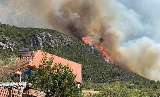 Akseki'deki orman yangınına  müdahale sürüyor