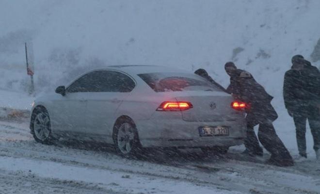 Erzincan`da kar yağışı ulaşımı olumsuz etkiledi