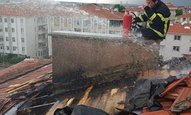 Kırklareli`de yıldırım düşen apartmanın çatısı yandı
