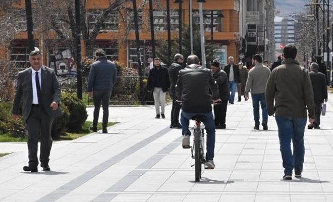 Sivasta 3'ten fazla kişinin yan yana yürümesi yasaklandı