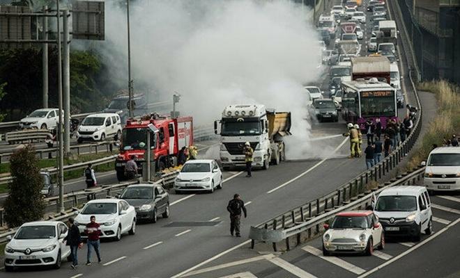 Haliç Köprüsü'nde hafriyat kamyonu yandı: Trafik durma noktasına geldi