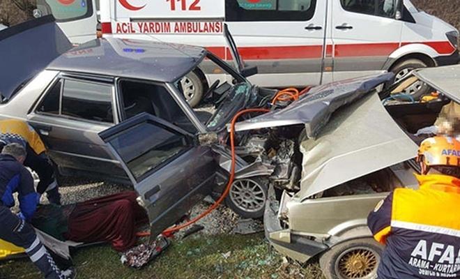 Kütahya`da otomobiller çarpıştı: 1 ölü, 5 yaralı