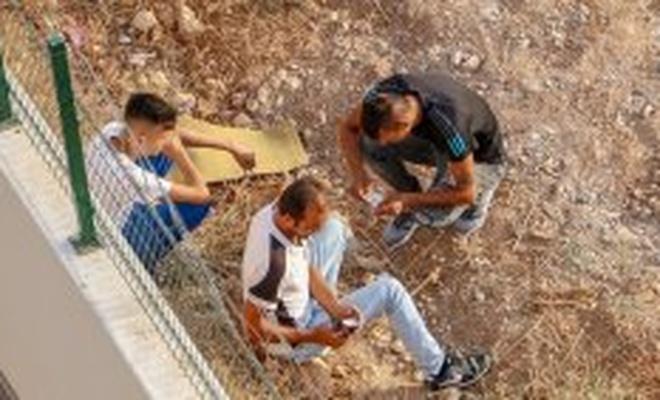 Boş araziyi mesken tutan uyuşturucu bağımlılarından çevre halkı tedirgin
