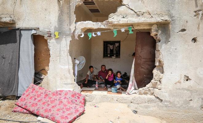 Terör çetesi saldırılarında evleri yıkılan Gazzeli ailelerin yaşam mücadelesi (FOTO)