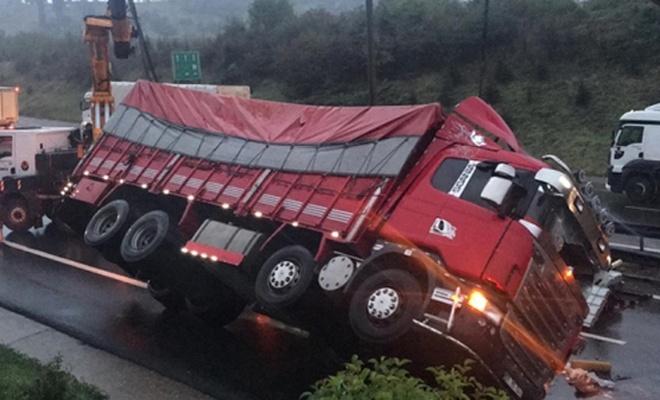 Anadolu Otoyolu'nda tır devrildi, Ankara istikameti trafiğe kapandı