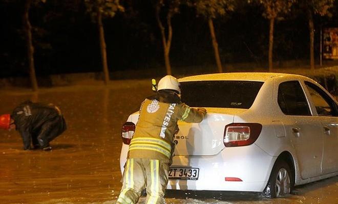 İstanbul`da yağış nedeniyle araçlar mahsur kaldı