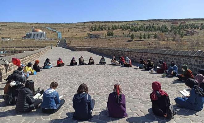 Öğrenciler tarihi Ongözlü Köprü'de kitap okudu
