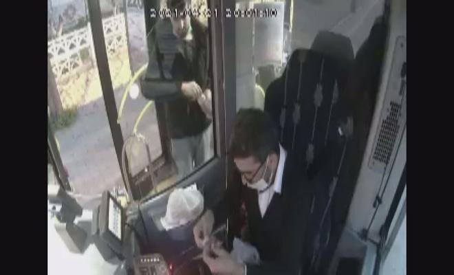 Otobüs şoförü iftarını yolcusuyla paylaştı