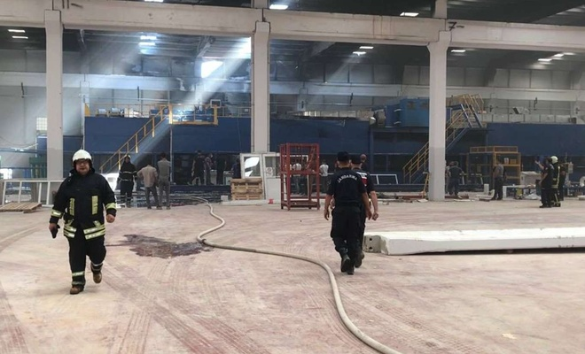 Panel fabrikasında çıkan yangında 2 işçi dumandan etkilendi