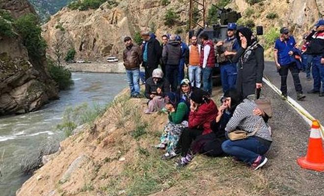 Nehre düşen otomobile ulaşıldı, kayıp kişiler aranıyor