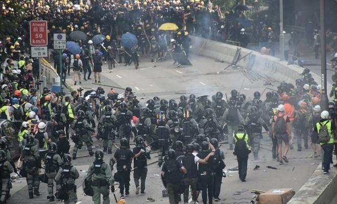 Yasa geri çekildi, Hong Konglular hala eylemde