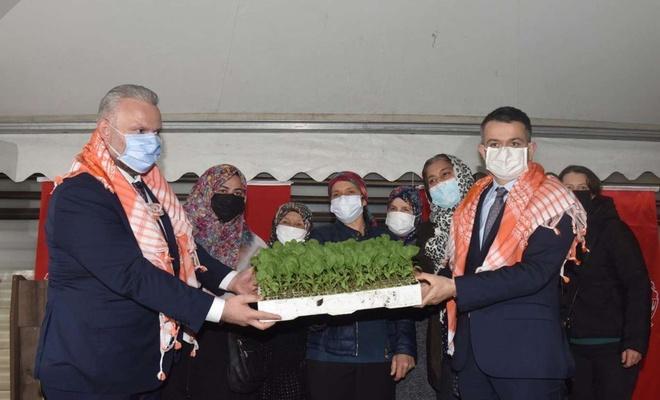 Bakan Pakdemirli İzmir'de üreticilere yerli fide ve tohum dağıttı