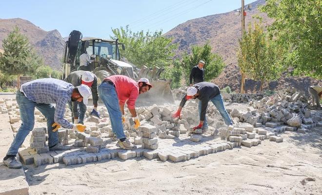 Bitlis'te yol genişletme ve parke döşeme çalışmaları devam ediyor