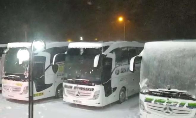Yoğun kar yağışı nedeniyle kapanan Kırşehir-Ankara yolu trafiğe açıldı
