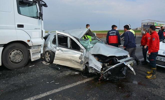 Otomobil karşı yöne geçerek iki araca çarptı: Bir ölü, bir yaralı