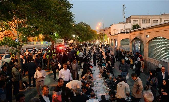 Tahran'da 1 kilometrelik iftar sofrası
