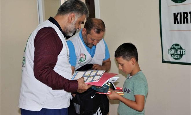 Avrupa Yetim Eli Derneği Cizre'de yetim çocuklara kırtasiye yardımında bulundu