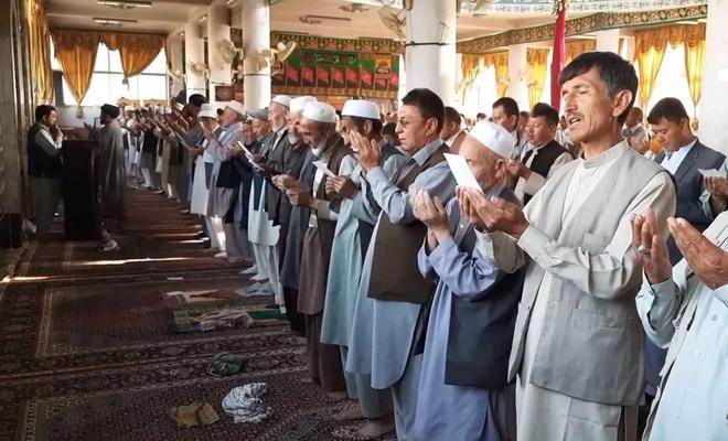 İlan edilen 3 günlük ateşkesin ardından Afganistan'da bayram namazı kılındı