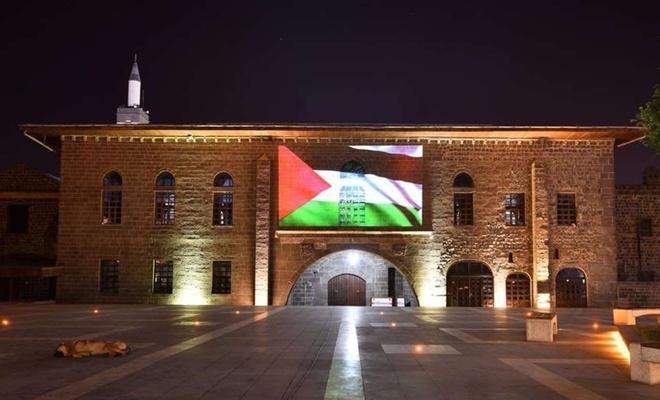 Diyarbakır'ın tarihi cami ve mekanlarına Filistin bayrağı yansıtıldı