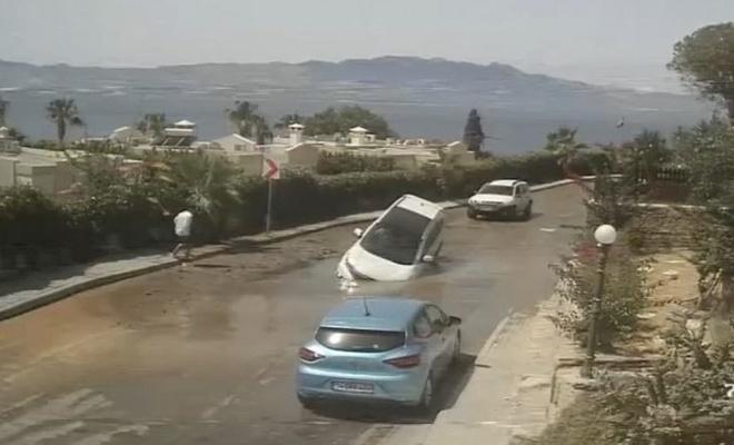 Heykel belediyesi'nde asfalt çöktü lüks araç içine düştü