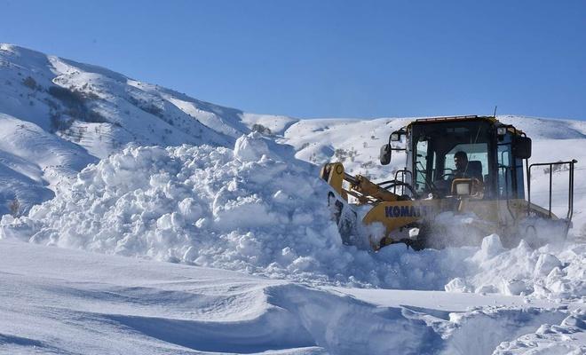 Kar yağışının ardından köy yollarında çalışma