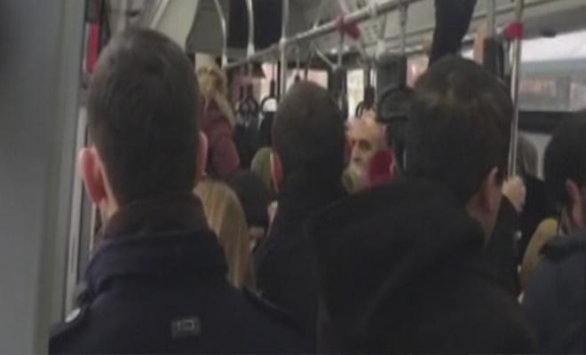 Yolculara küsen şoför dakikalarca otobüsü bekletti