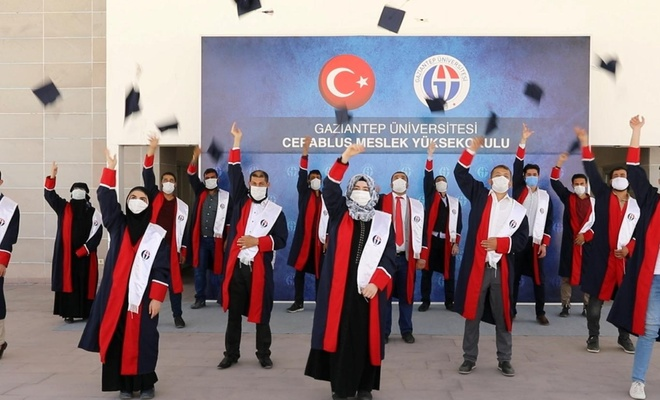 Suriyeli öğrencilerin mezuniyet coşkusu