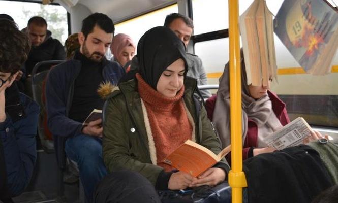 Şehir içi otobüsünde kitap okuma farkındalığı
