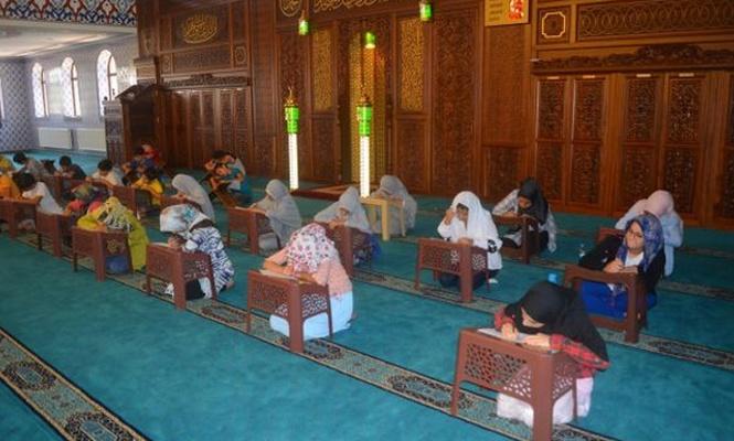 Yaz Kur`an kursuna katılan çocuklar sınava tabi tutuldu
