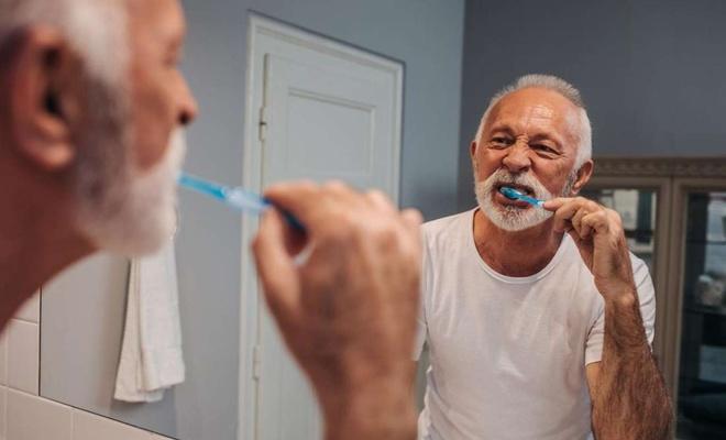 Uzmanlardan Alzheimer uyarısı: Beyin için diş fırçaladığınız elinizi değiştirin
