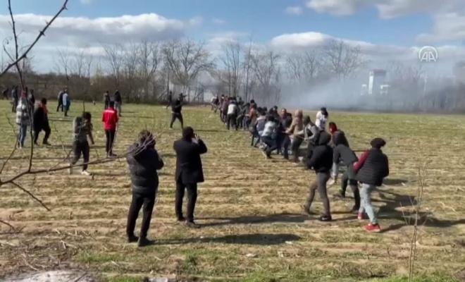 Göçmenler halatla sınırı yıkmaya çalışıyor