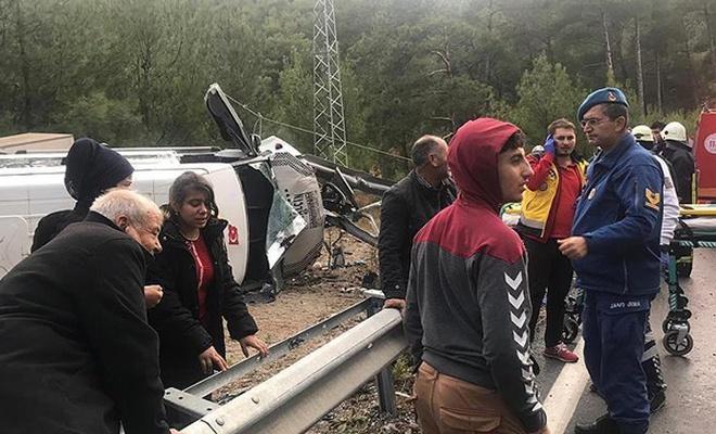 Antalya`da minibüs devrildi: 1 ölü, 26 yaralı