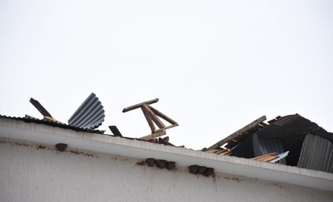 Şiddetli rüzgar okulun çatısını böyle uçurdu!