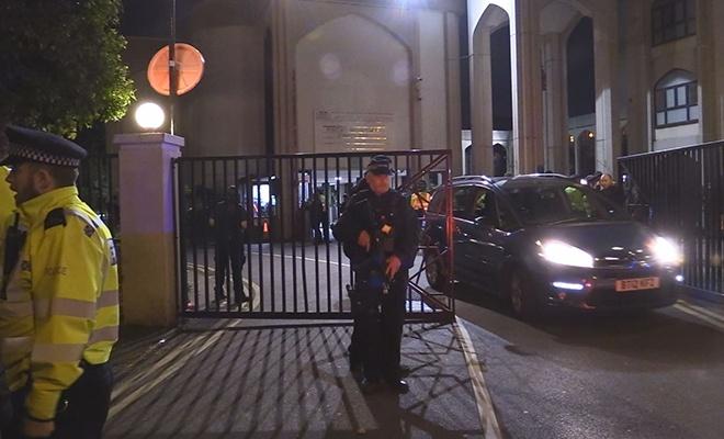 Londra'da polis, zanlıları yakalamak için camiye girdi