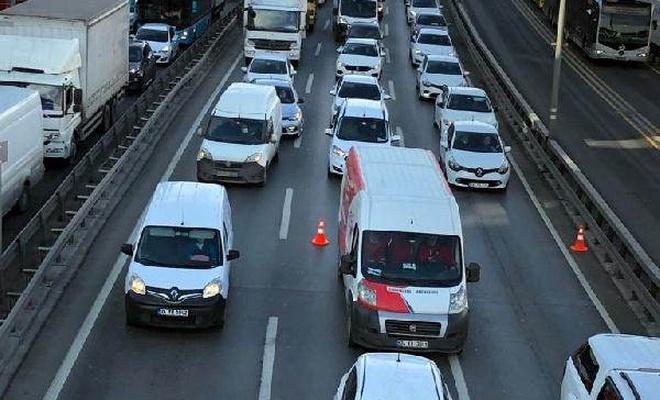 Kısıtlamaya rağmen İstanbul'da şaşırtan trafik!