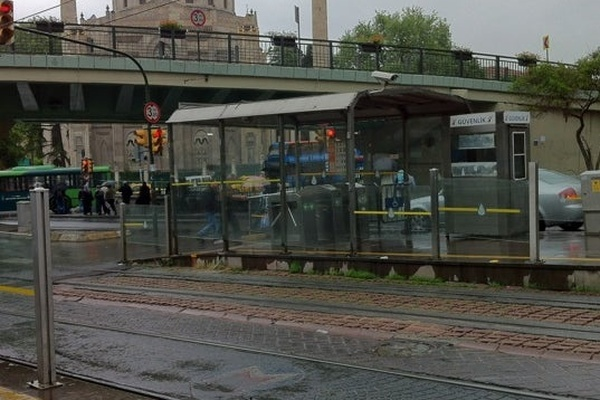 Tramvay ile peron arasına sıkıştı