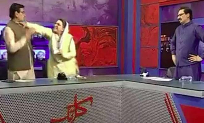 Pakistan'ın eski kadın bakanı milletvekilini canlı yayında tokatladı