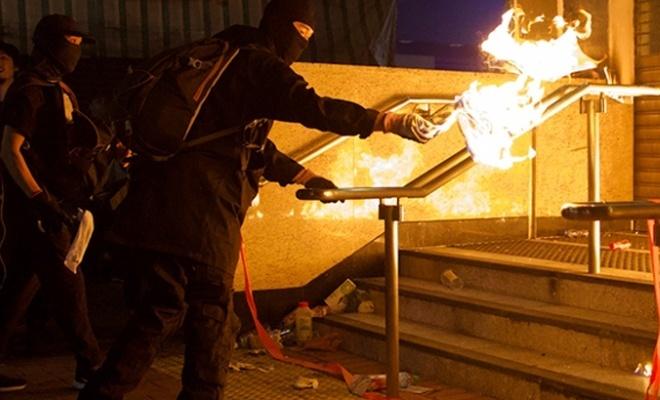 Hong Kong'da devlet binaları ateşe verildi