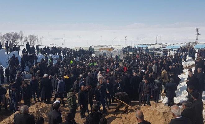 Van'da, depremde hayatını kaybeden 9 kişinin cenazesi defnedildi