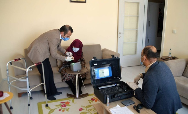 Nüfus müdürlüklerine gidemeyen hasta ve yaşlılara 'evde nüfus cüzdanı' hizmeti