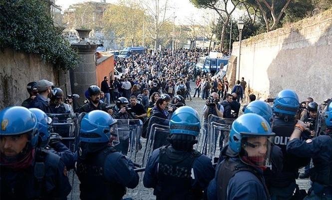 İtalya`da aşırı sağ karşıtı protesto: 5 yaralı
