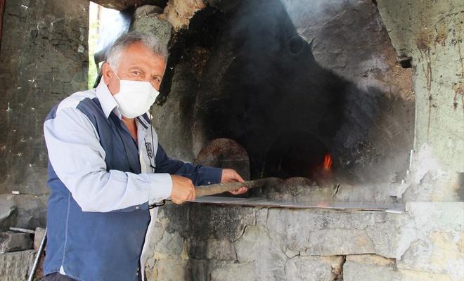 Köy muhtarı kısıtlamada köylülere ekmek pişiriyor