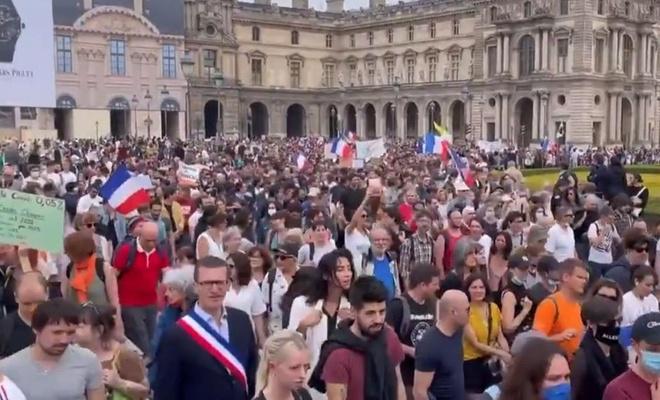Fransa'da en az 114 bin kişi aşı zorunluluğuna karşı gösteri düzenledi