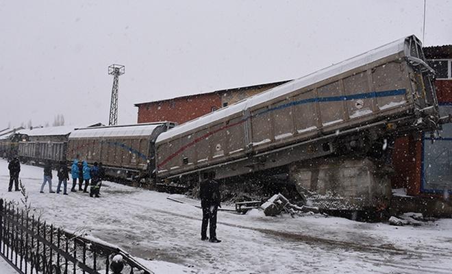 Yük treni raydan çıktı