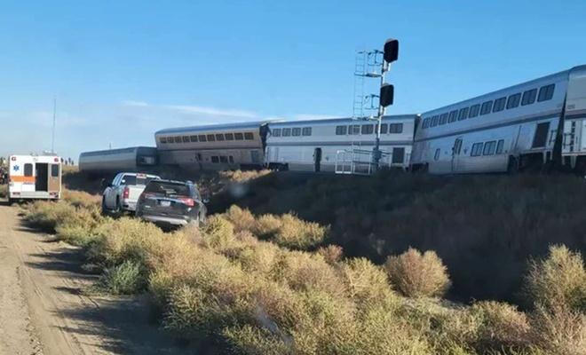 ABD'de yolcu treni raydan çıktı
