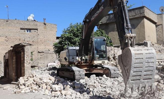 Tehlike arz eden metruk binalar tek tek yıkılıyor