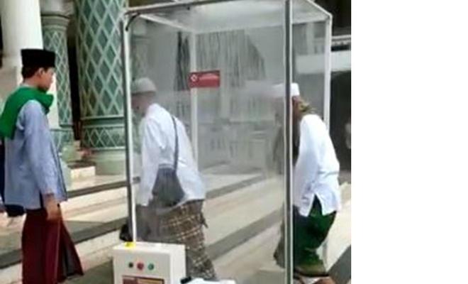 Endonezya'da Müslümanlar namaz öncesi dezenfekte oluyor