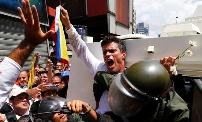Venezuela'da muhalif lider Lopez, İspanya'ya kaçtı