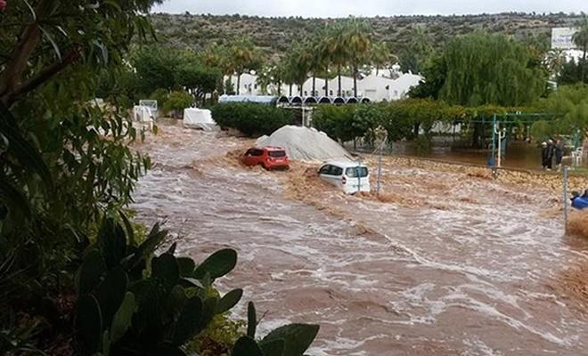 Mersin`de şiddetli yağış hayatı olumsuz etkiledi