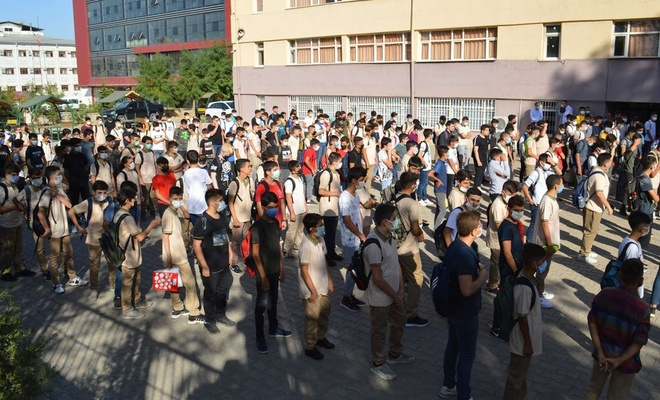 Uzun bir aranın ardından öğrenciler okulla dönmenin heyecanını yaşadı